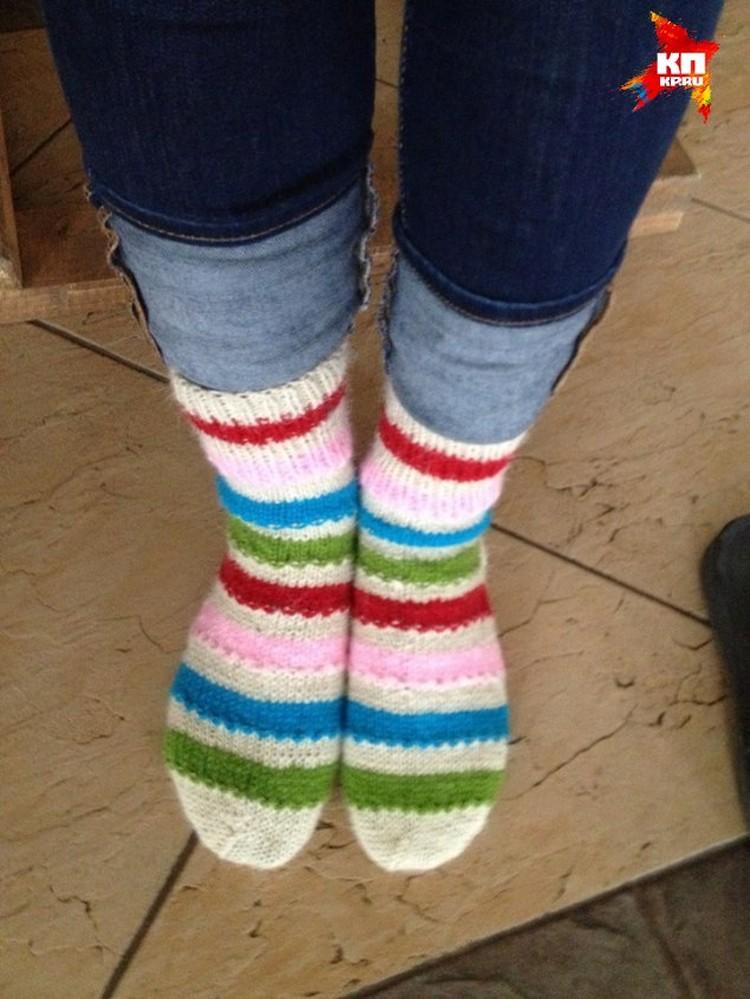 На память «Бурановские бабушки» подарили гостье вязаные носки. Фото из личного архива.