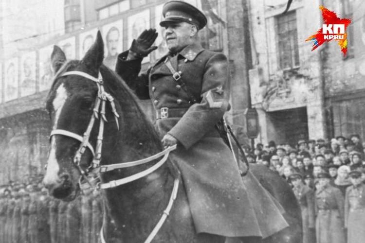 В 1951-м году в Свердловске Георгий Жуков принимал первомайский парад на коне по кличке Мальчик. Этот норовистый жеребец ухитрился сбросить с себя бывшего маршала на глазах у тысяч уральцев. Однако Жуков не растерялся и тут же вернулся в седло.