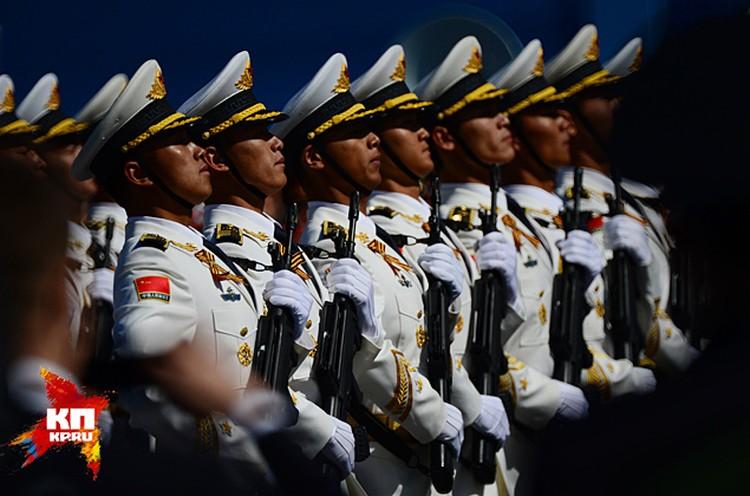 Это рота почетного караула народно-освободительной армии Китая, и китайские военнослужащие приняли участие в Параде Победы на Красной площади