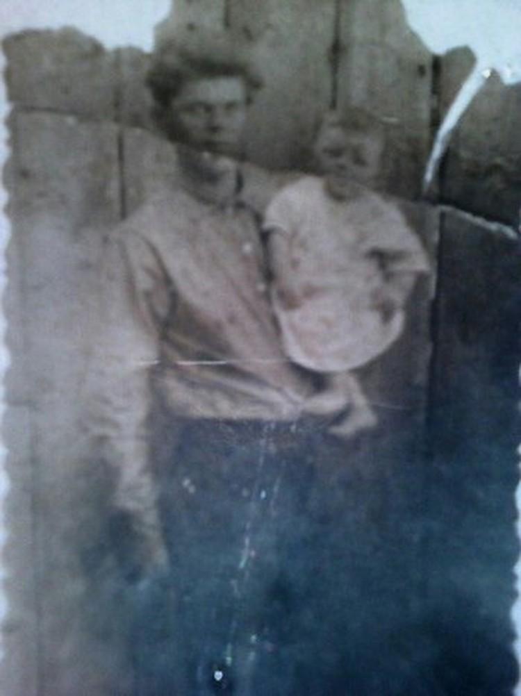 Сохранилась довоенная карточка, где Федор Охотников держит на руках своего отца. ФОТО: из семейного архива