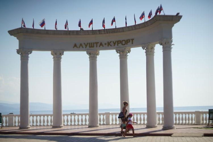 Крым, в поисках «своего лица» умело обыгрывает советскую эпоху.