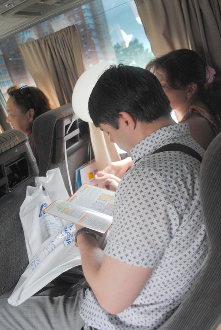 На пути с одного объекта на другой участники тура изучали информацию, которую предоставляли застройщики. Фото: Анна Мухтарова