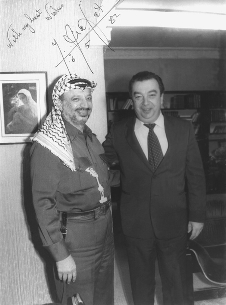Евгений Примаков во время встречи с Ясиром Арафатом. Фото: личный архив Е. Примакова.