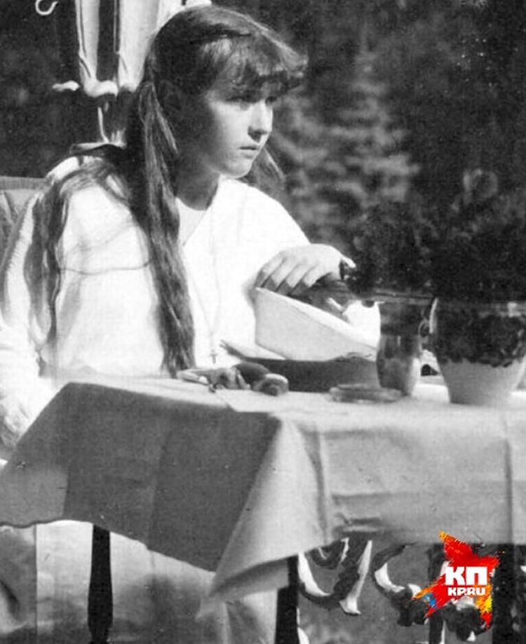 По одной из легенд пули не смогли причинить вред Анастасии Романовой, так как ее защитил корсет с вшитыми в него украшениями. Фото: госархив