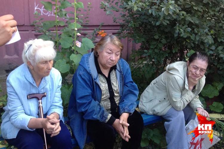 Бабушка детей (в центре) обращалась в суд с просьбой лишить отца родительский прав из-за жестокого обращения с детьми