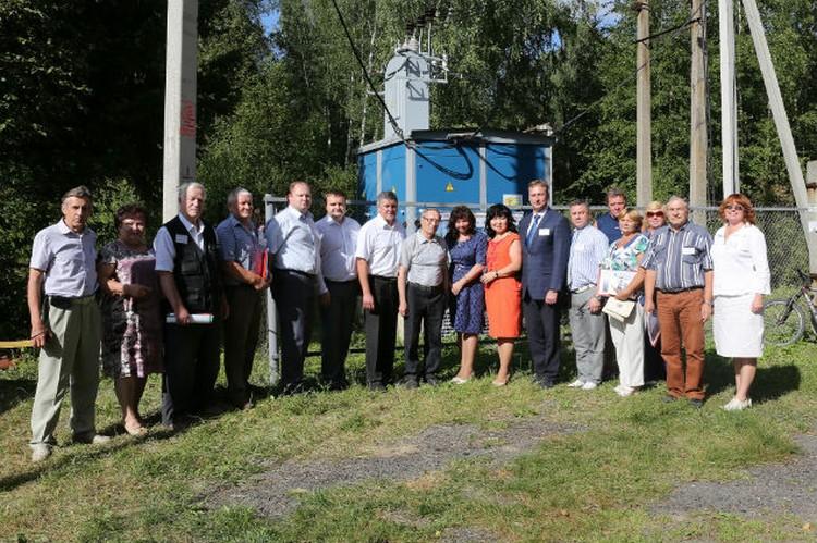 Председатели садоводческих товариществ попросили приехавших к ним гостей сделать снимок на память.  Фото: Елизавета Смирнова, АО «ЯрЭСК».