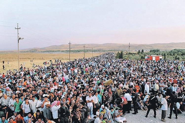 Эти сирийские беженцы толпятся у границы с Ираком. Дальше их мечта - попасть в Европу... Фото: youtube.com/CNN