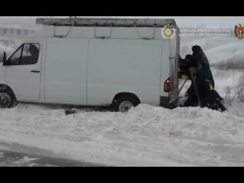 Как во время снегопада спасатели работают на дорогах Молдовы