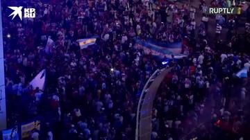 Болельщики в Буэнос-Айресе скорбят у Обелиска