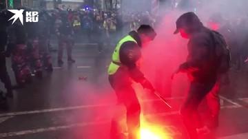Протестующие зажигают файеры в центре Москвы