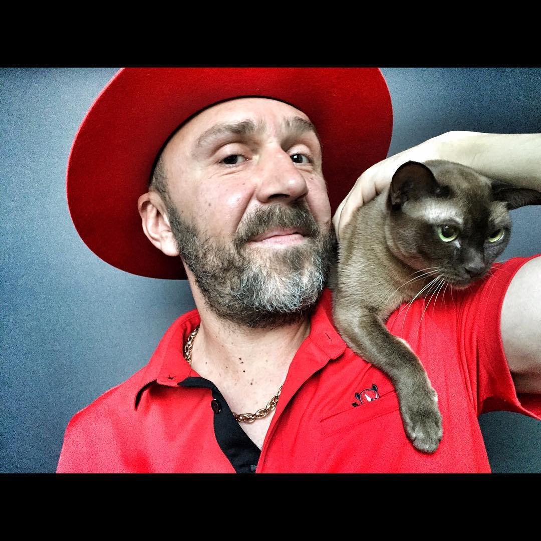 Как сказал Комсомолке один из приятелей Шнурова, Сергей- человек нежадный иготов оставить Матильде большую часть недвижимости. Знакомые артиста шутят, что главный спор может возникнуть из-за кошки.