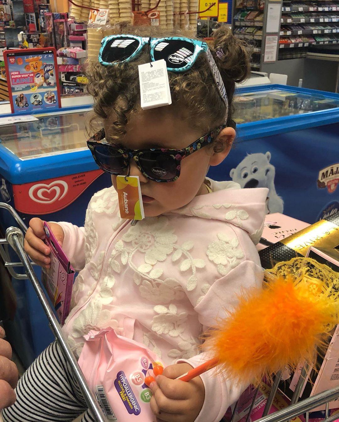Наша модница не может выбрать, какие же очки ей подходят...