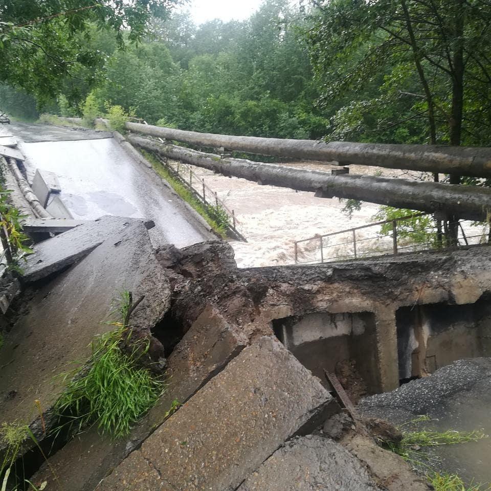 Наводнение в Байкальске: на опорах рухнувшего моста -трубы