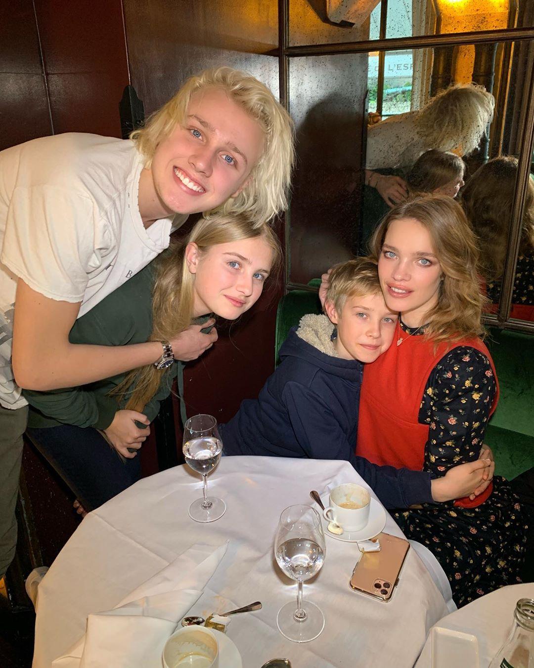 Наталья с детьми Лукасом, Невой и Виктором.