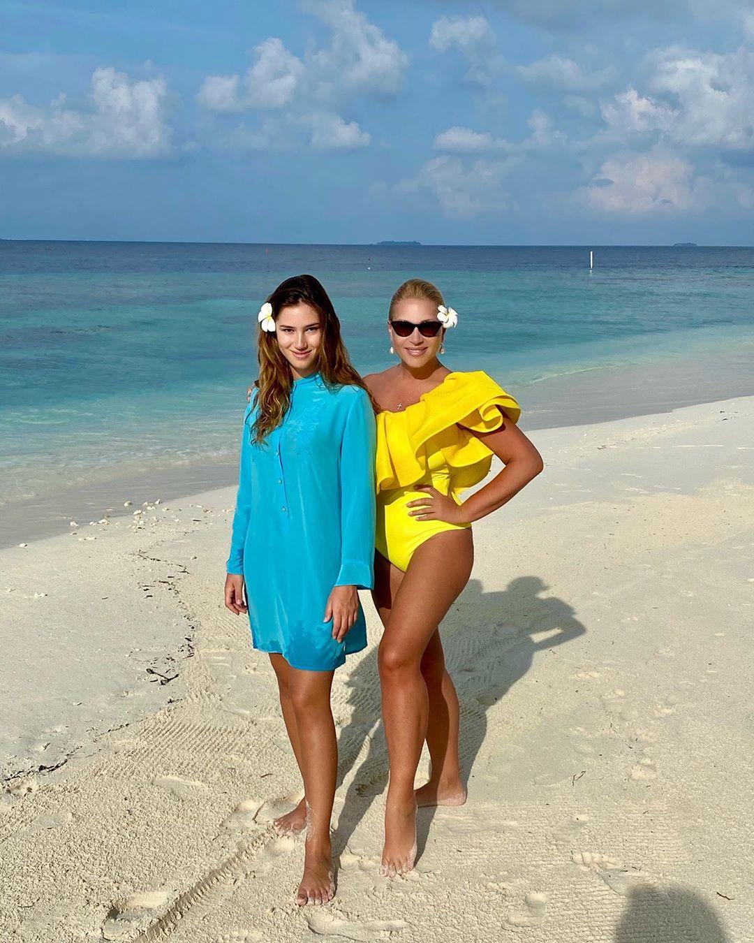 Сегодня телезвезда ездит отдыхать на лучшие курорты вместе с дочкой Диной.
