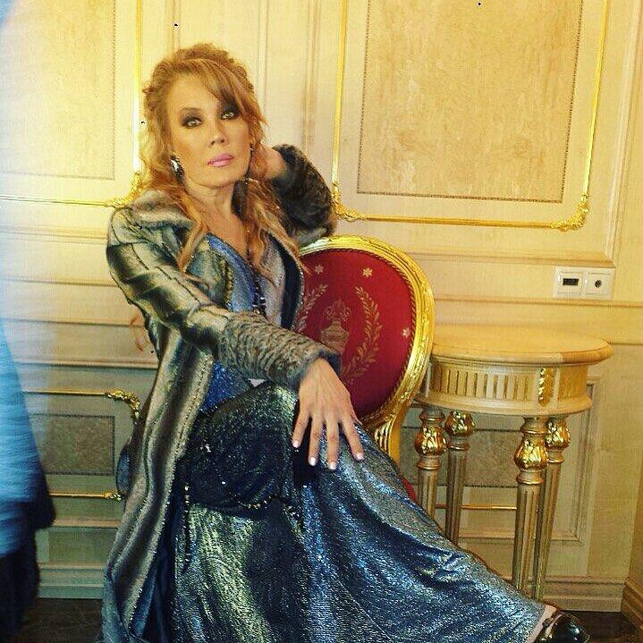 Певица Азиза прекрасно выглядит в свои 55