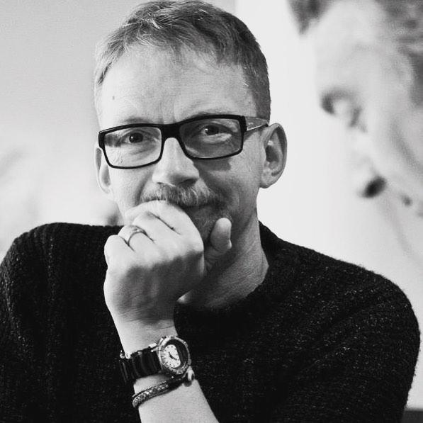 HUMOR. M ndagsklubben den 22a januari g stas av Anders Lenhoff! mnet r En tr kig f rel sning om roliga historier! S v rst tr kigt l r det knappast bli n r denne expert p humor f rklarar hur en komisk po ng skall levereras. V l m tt. Kaf t ppnar kl 19. Biljett finns att f via l nk i profilen. #tinylumberjackcafe #m ndagsklubben #humor #anderslenhoff #tinylumberjack