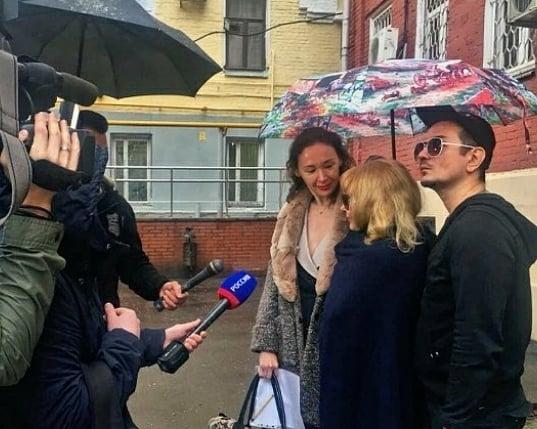 Перед зданием суда нас встретили многочисленные операторы тв каналов. Интерес СМИ вызвала история, связанная с разделом имущества.