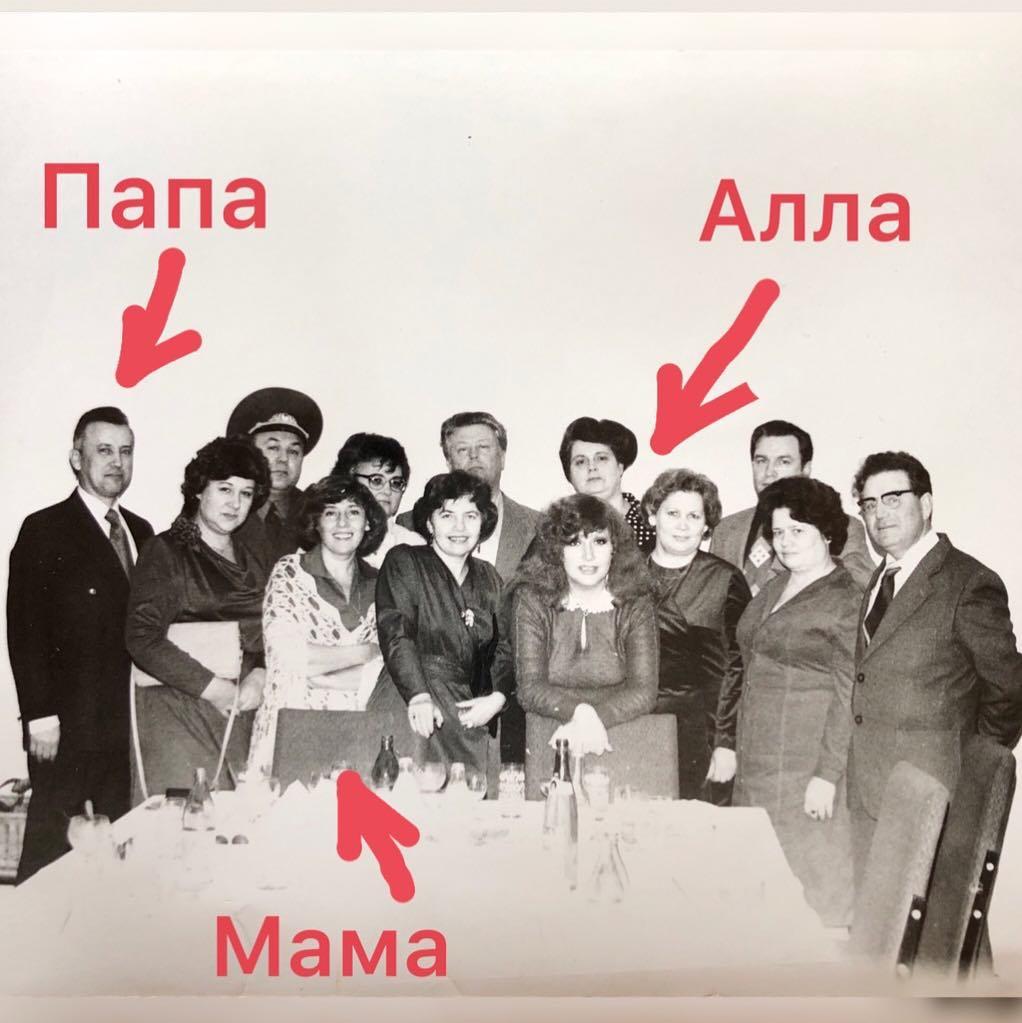 Фотобомба из прошлого 1979 год ГДР. Мои родители на ужине с Аллой.