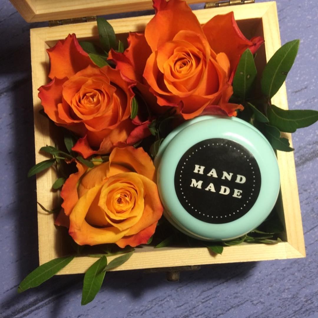 Шкатулка с цветами и нежным кремом для рук, сваренным в ручную