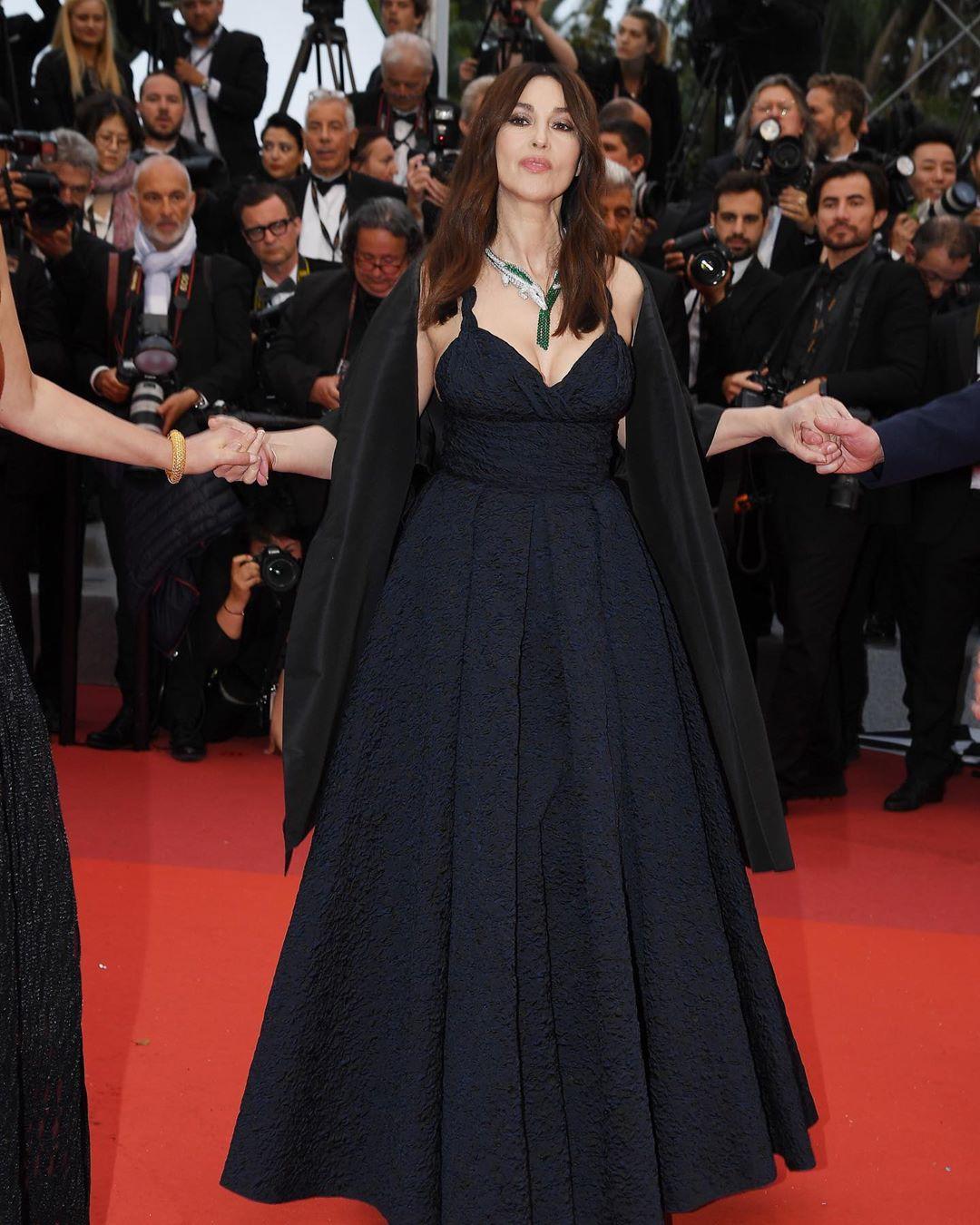 Моника Белуччи появилась в Каннах в пышном готическом темно-синем платье Dior с глубоким декольте