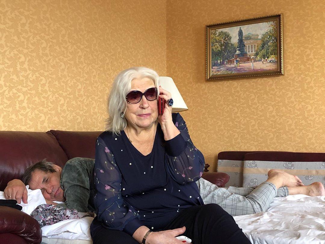 Пока муж-продюсер спит, жена решает вопросы