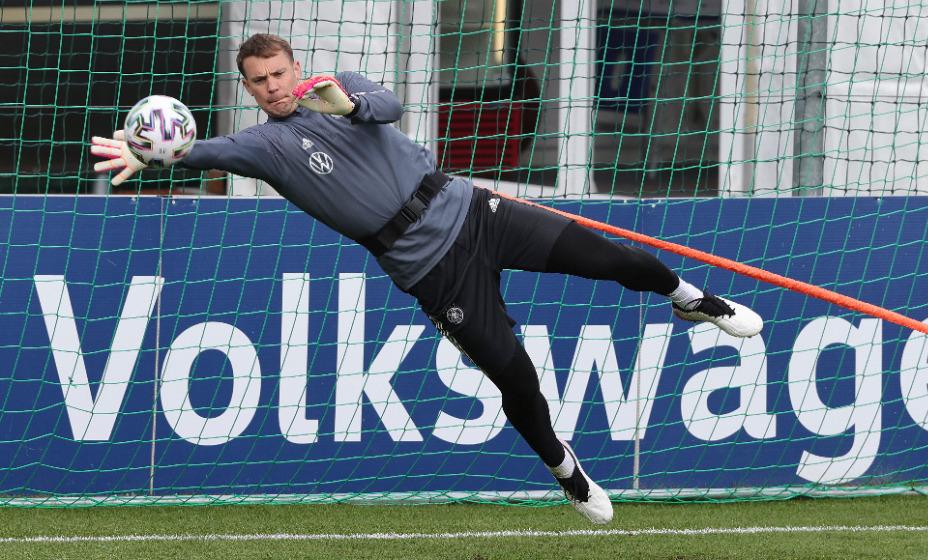Нойер может выйти на матч против Венгрии с повязкой, разукрашенной в радужные цвета. Фото: Global Press Look