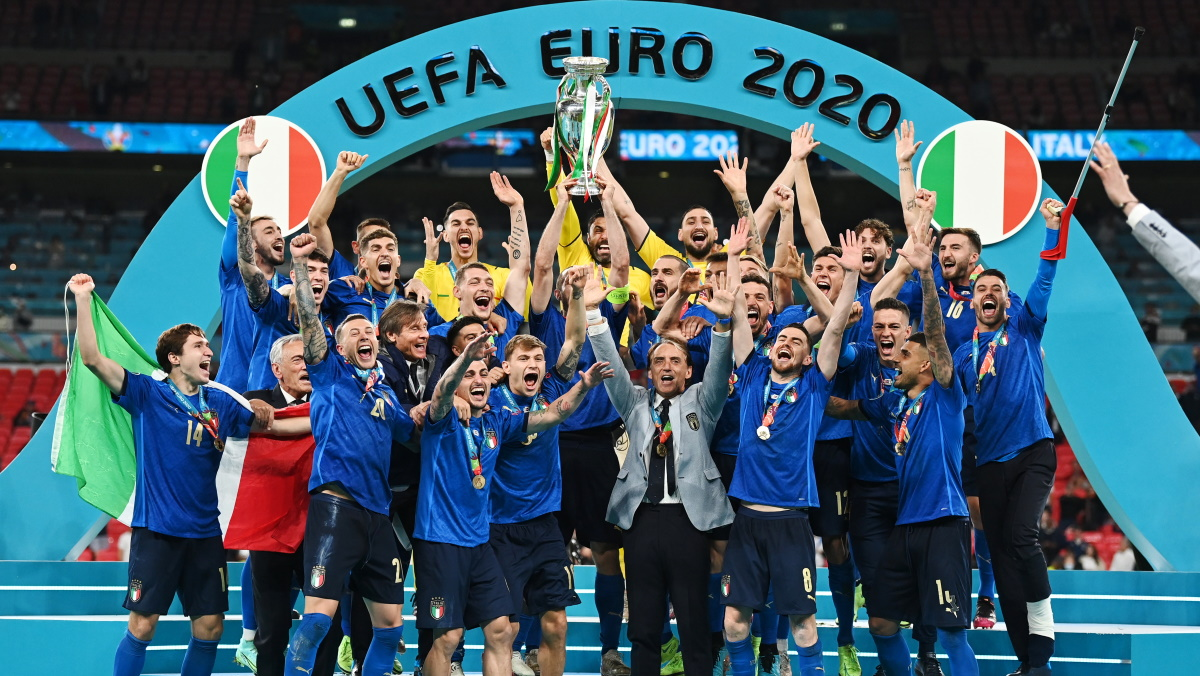 Италия с Кубком чемпионов Европы. Фото: REUTERS