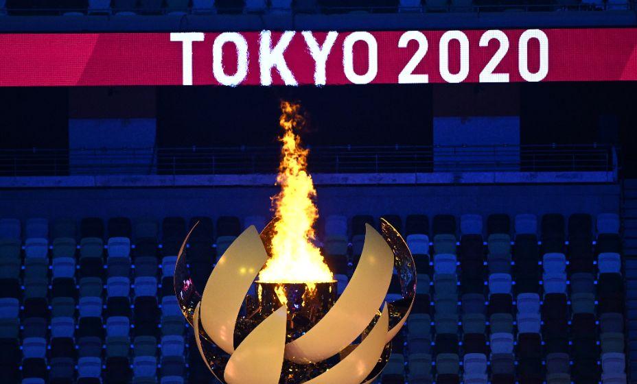 Олимпийский огонь на фоне пустых трибун —  символ Олимпиады и Паралимпиады-2020. Фото: Reuters
