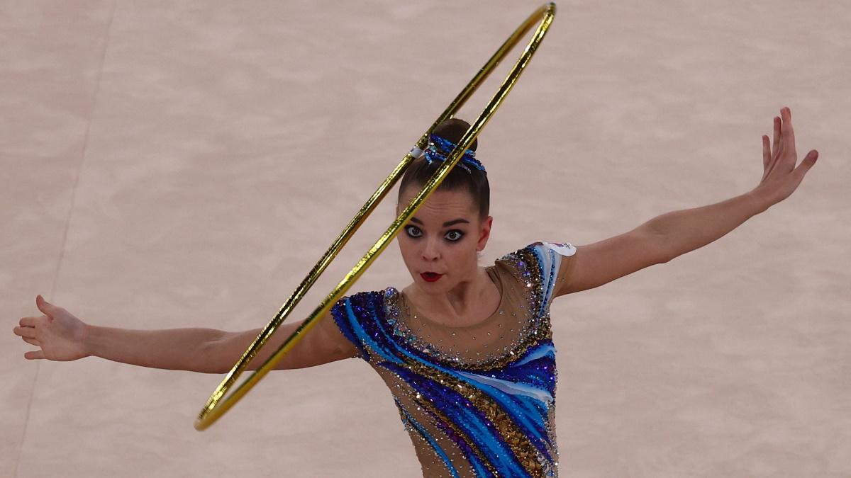 Дина Аверина на Олимпиаде в Токио во время упражнения с обручем. Фото: REUTERS